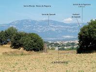 Vista de Casserres amb les serres d'Ensija i Rasos de peguera al seu darrere, des del Camí de Vilarrassa