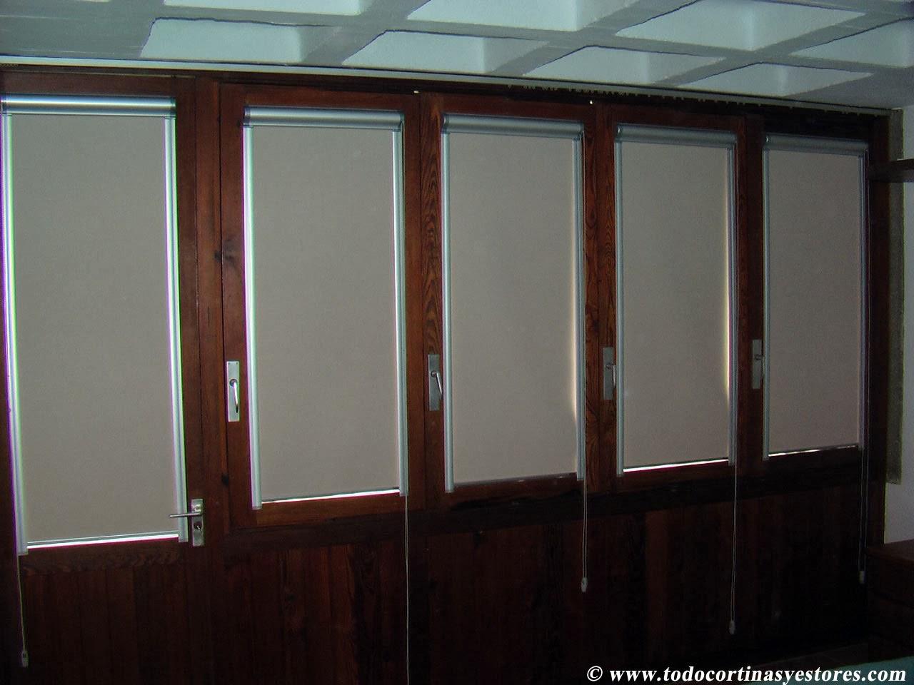 estores guiados opacos para ventanas abatibles