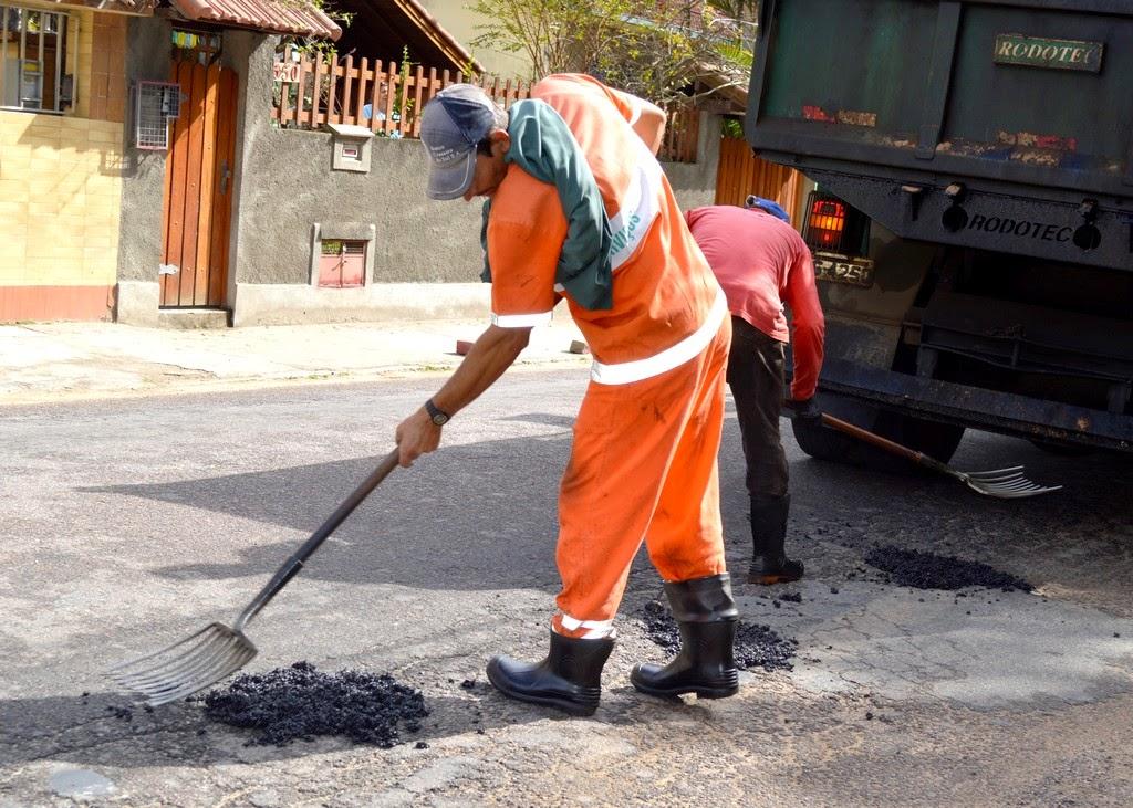 Operação tapa-buracos na Rua Roberto Rosa, na Tijuca