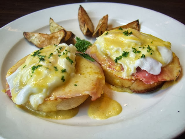 ITALIANNIS Breakfast Eggs Benedict