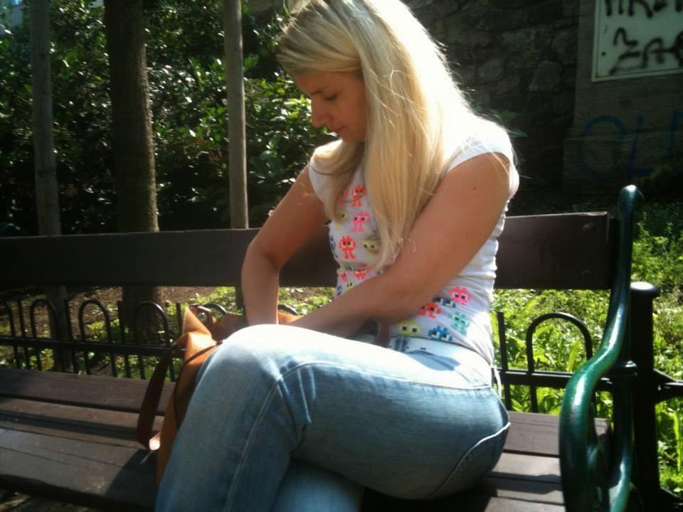 Blonďatý pohled na lavičce