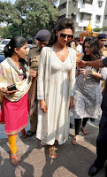 Actress Deepika Padukone Pictures at Siddhivinayak Temple visit in Mumbai 0005.jpg