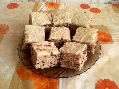 Kevert almás sütemény fehér csokimázzal, tejtermék mentes süti, almás tortadarás, mézeskalács fűszerkeverékes tésztával, tojáslikőrös fehér csokoládémázzal lekenve.
