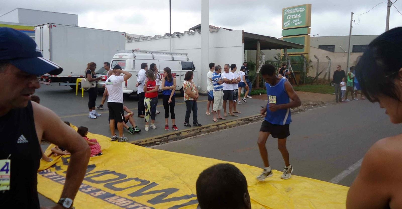 Foto 125 da 1ª Corrida Av. dos Coqueiros em Barretos-SP 14/04/2013 – Atletas cruzando a linha de chegada
