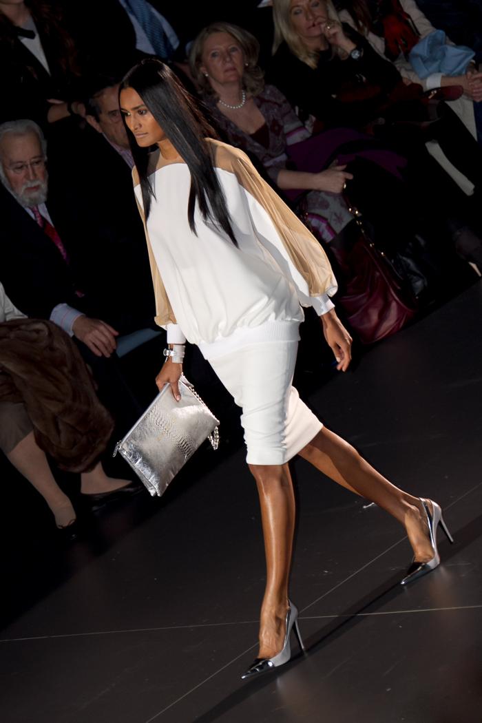 Vestido diseño Blanco Desfile Pasarela Juana Martín Febrero 2014 Semana de la Moda Madrid Bloguera moda withorwithoutshoes