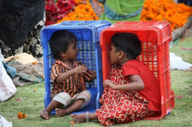 Crianças em caixas