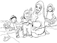Keluarga Ibu Sakinah Bermain Dipantai Pangandaran