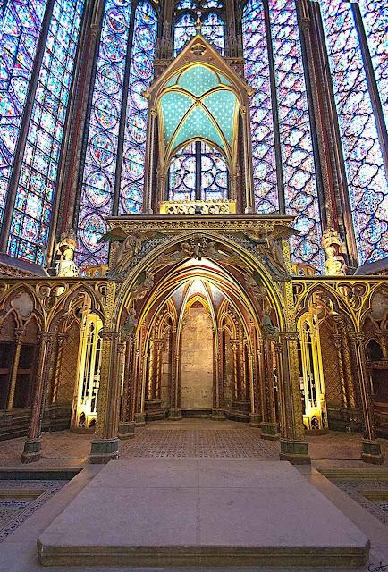 Na parte superior ficava a Coroa de Espinhos. Na parte inferior as relíquias de São Luís e outros santos. A Coroa de Espinhos hoje é conservada na catedral Notre Dame e exposta a veneração solene todas as sextas-feiras.