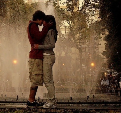 boy and girl kissing in the rain № 200397