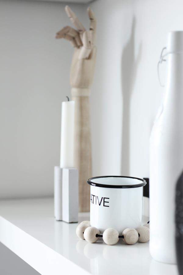 hylla, inredning, vitt, svart och vitt, inredningsblogg, bloggar, träkulor, cement ljusstake,