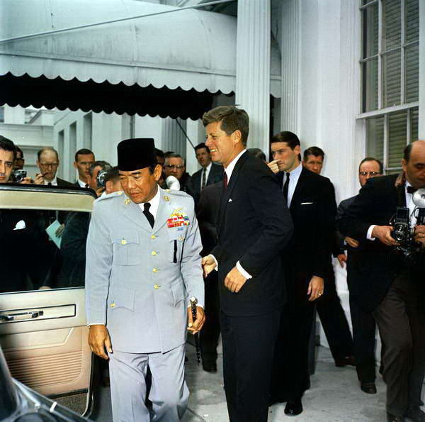 Soekarno (and his peci) with John F. Kennedy