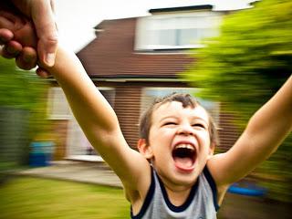حركة خطيرة جدا قد تسبب تشوهات أطفالنا ولا يخلو منها بيت !!