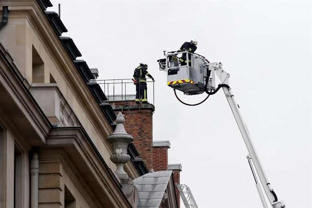 Fotografia dos bombeiros no telhado do Hotel Ritz em Paris