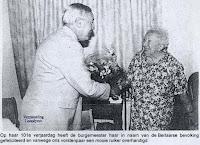 Anna Goossens als 101-jarige. Burgemeester André Martens feliciteert er zijn oudste inwoner en overhandigd haar de nodige geschenken