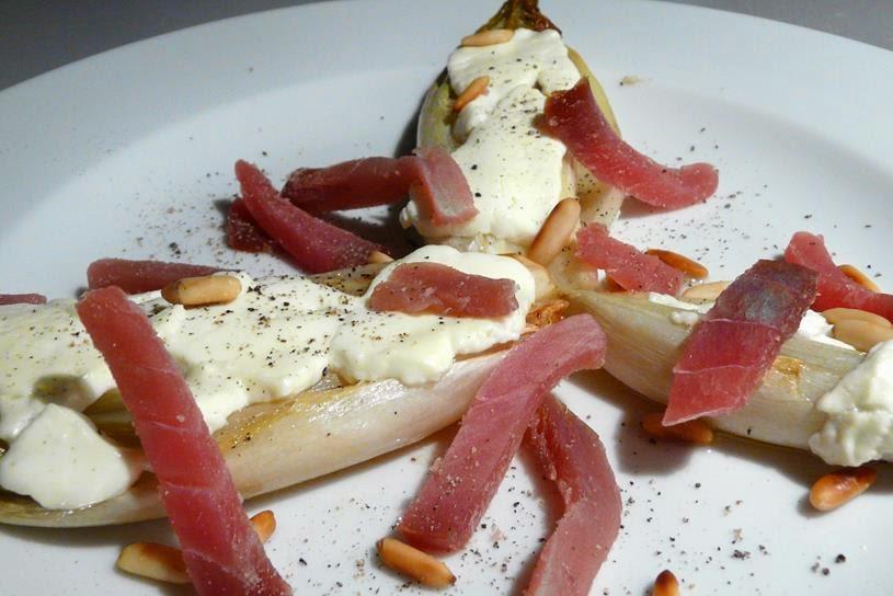 Gebackener Chicorée mit geräuchertem Thunfisch und Ziegenkäse