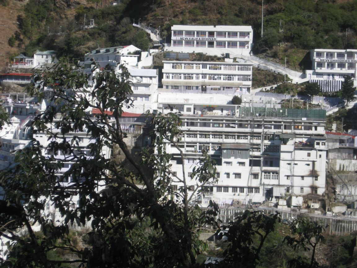 http://1.bp.blogspot.com/-xm4eWm94bW0/TbFDAEKVSWI/AAAAAAAAAY0/MuqO1h_xl9o/s1600/the-famous-hindu-temple-of-vaishnodevi-posters-download.jpg