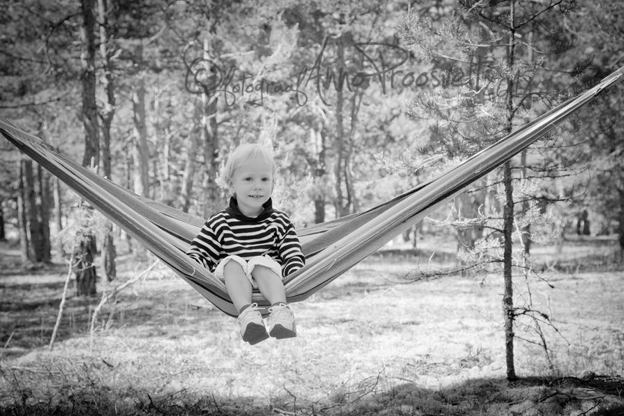 poiss-vorkkiigega-laulasmaa-metsas