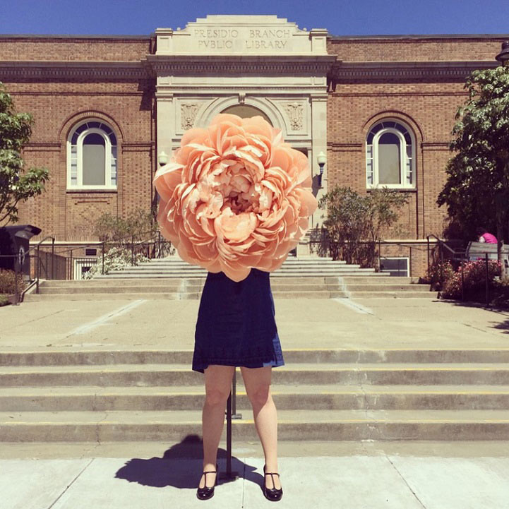 Artista crea gigantes flores de papel increíblemente realistas