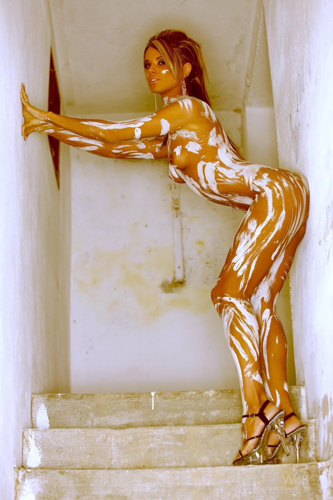 Эротика измазалась красками фото 501-280