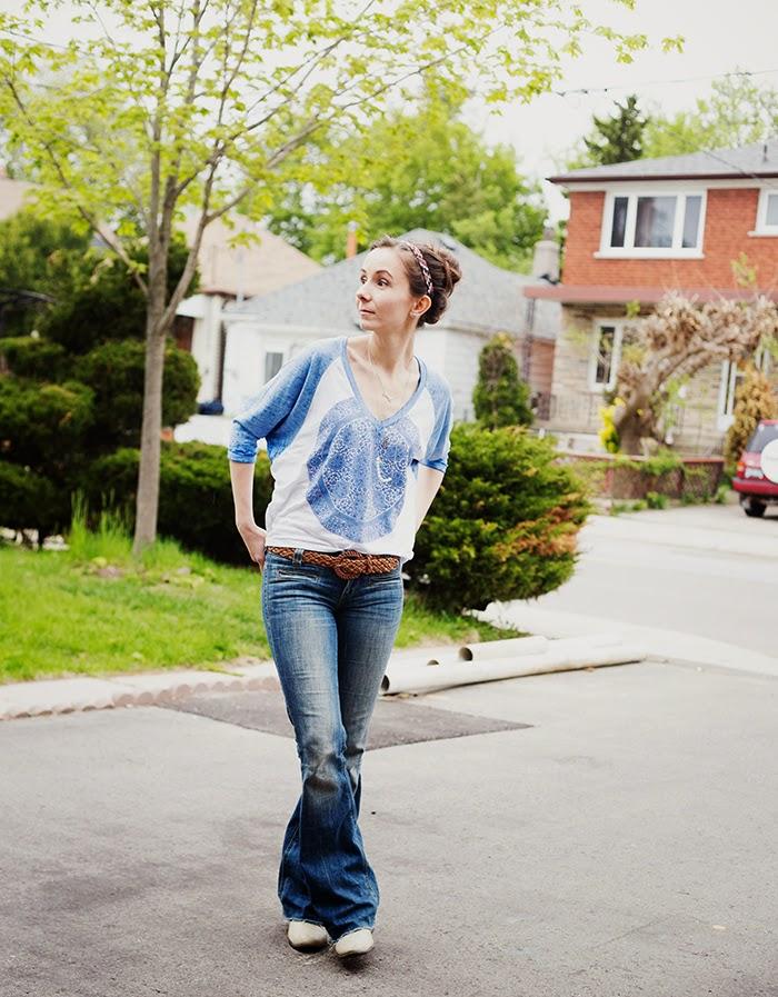 mommy-fashion-blogger-women-flared-raw-hem-jeans-baseball-tee