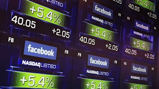 NUEVA YORK (Reuters) — Los inversores restaron 10,000 millones de dólares al valor de mercado de Facebook este viernes, al llevar a las acciones recientemente emitidas en la Bolsa a nuevos mínimos, después de que la red social no ofreció proyecciones sobre asuntos clave como su estrategia para dispositivos móviles. La caída del 17% de las acciones esta mañana redujo la capitalización de mercado de Facebook a 48,000 millones de dólares, la mitad de su valor al momento de su Oferta Pública Inicial (OPI) de 100,000 millones de dólares en mayo. La última baja costó a Mark Zuckerberg -el presidente