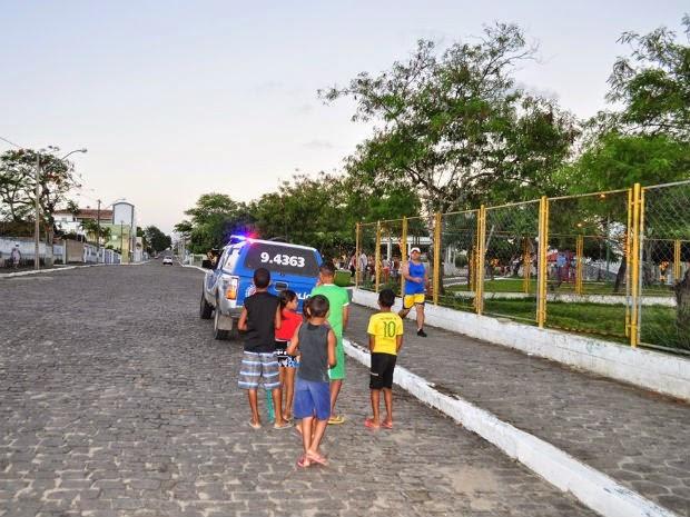 Vítima foi eletrocutada em praça e socorrida por 43ª CIPM (Foto: Danuse Cunha / Itamaraju Notícias)