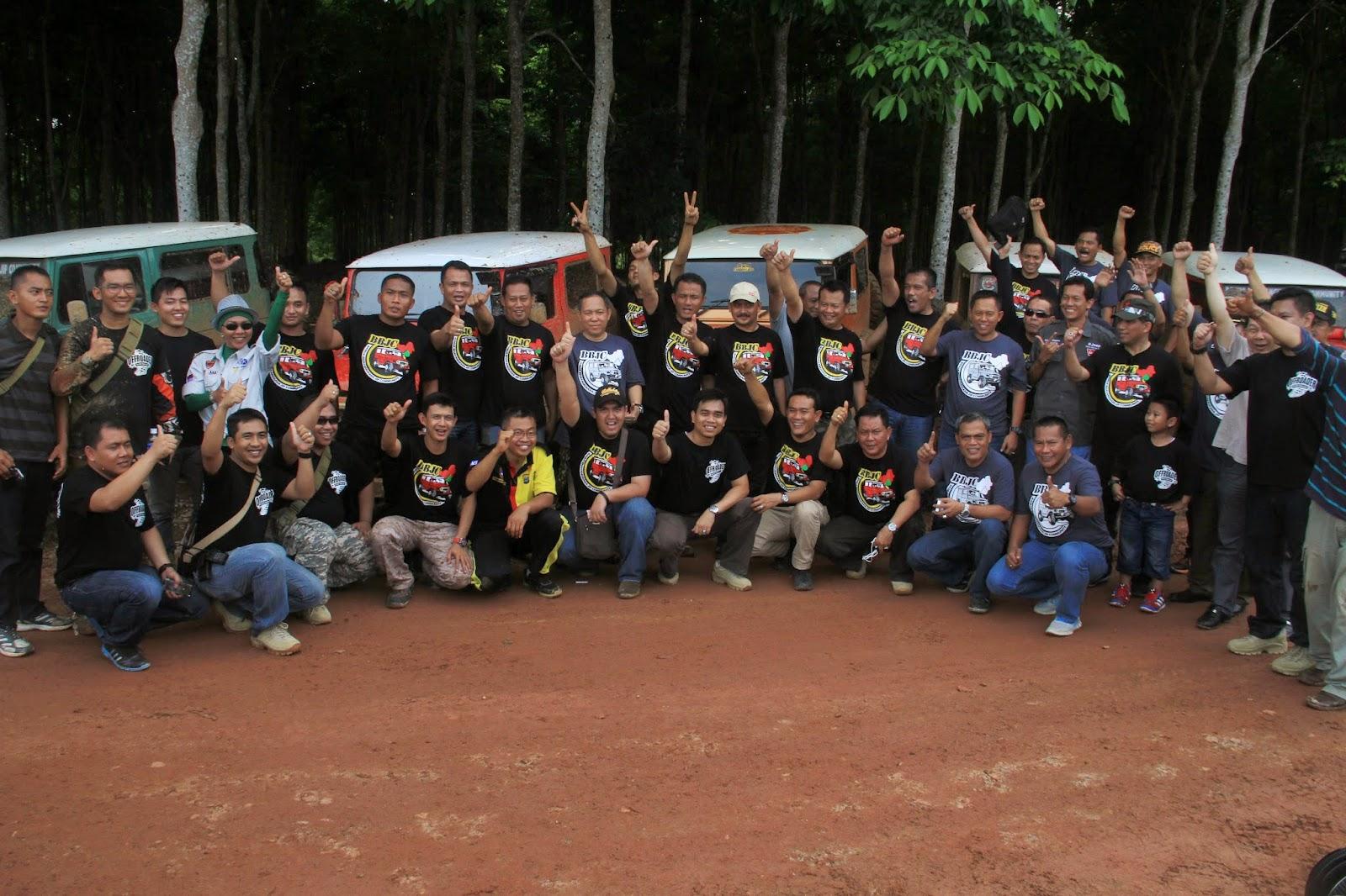 Kami membagikan 5.000 bibit pohon gaharu kepada petani di desa sungai