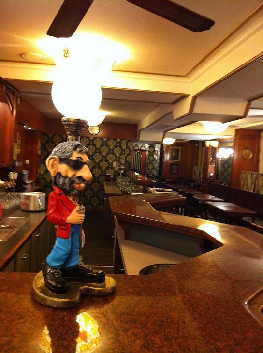 Notre cher Gainsbourg qui surveille le bar