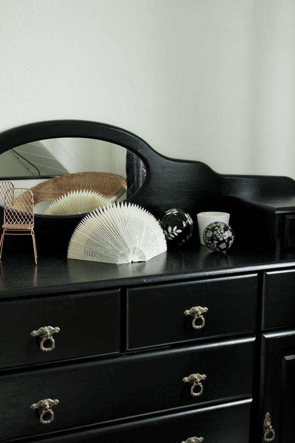 inredning i svart och vitt, svart skänk i hall, inredningsdetaljer på byrå, diy vika en bok, inspiration diy, inredningstips