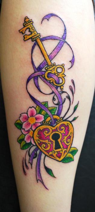 Brazo de una mujer con un tatuaje de candado y llave con flores de cerezo que esta flotando atada por un lazo violeta