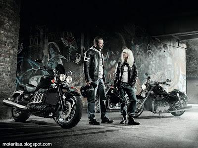 motos-mujeres-custom-triumph-wallpaper-nubes-montañas