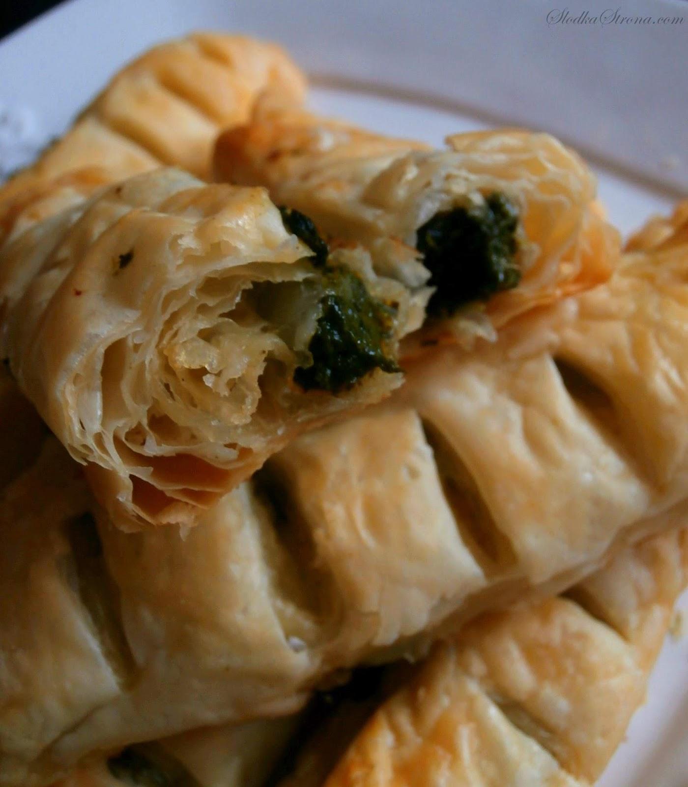 Ciastka/Paszteciki z Ciasta Francuskiego ze Szpinakiem i Żółtym Serem - Przepis - Słodka Strona