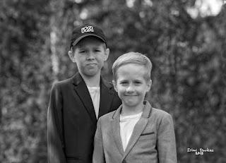 Mustavalkoinen valokuva veljeksistä