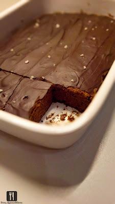 Brownie cu glazură de  ciocolată picantă si fleur de sel