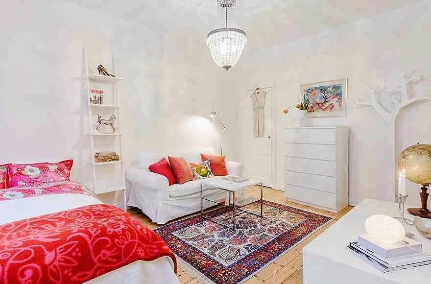 Salon urządzony w skandynawksim stylu, salon i sypialnia w jednym, orientalny dywan