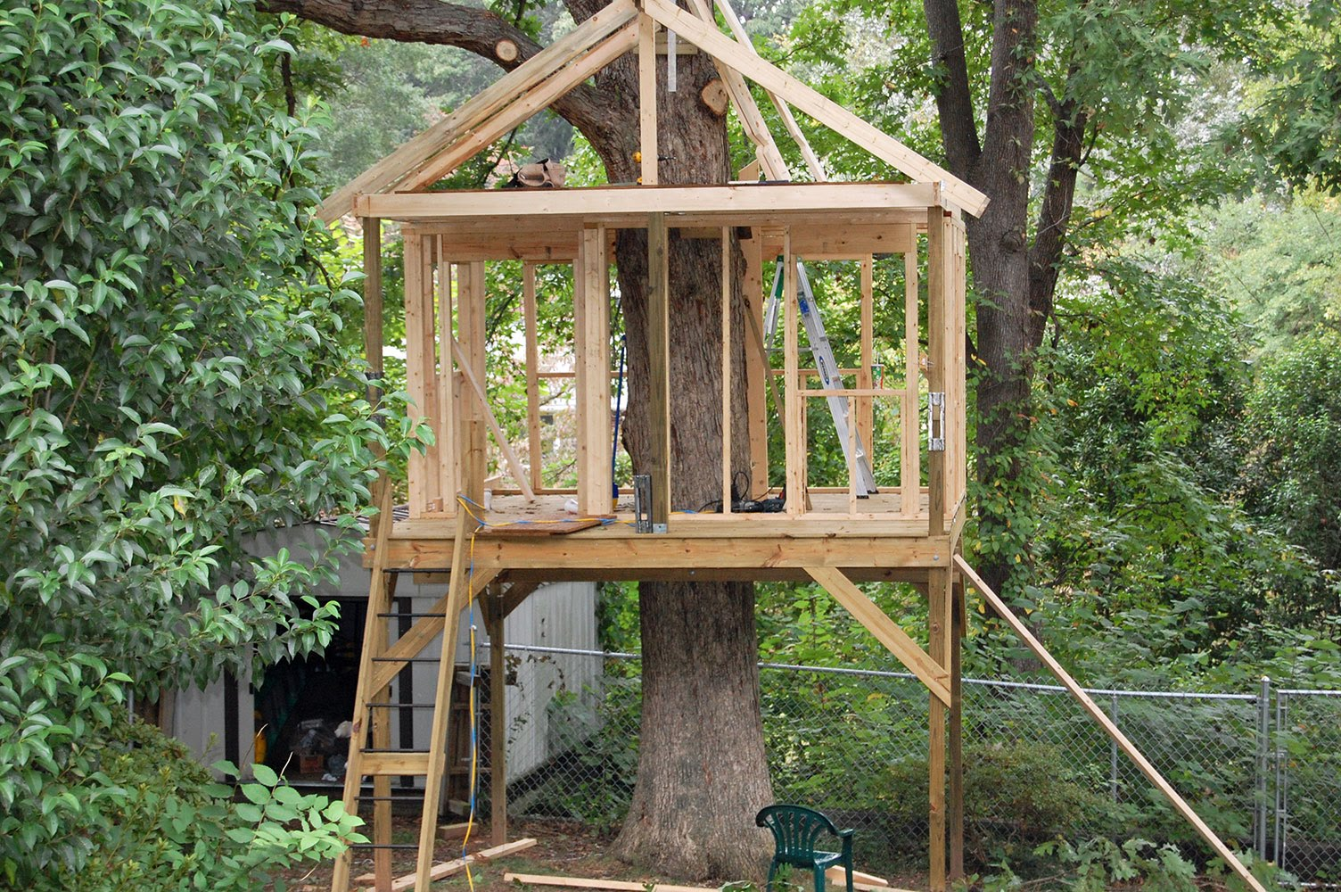 Pictures of tree houses and play houses from around the for Home to build plans