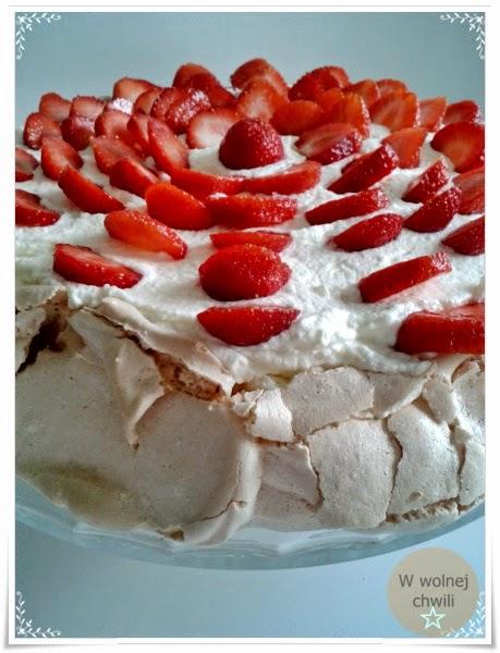 Biała beza, tort bezowy z truskawkami