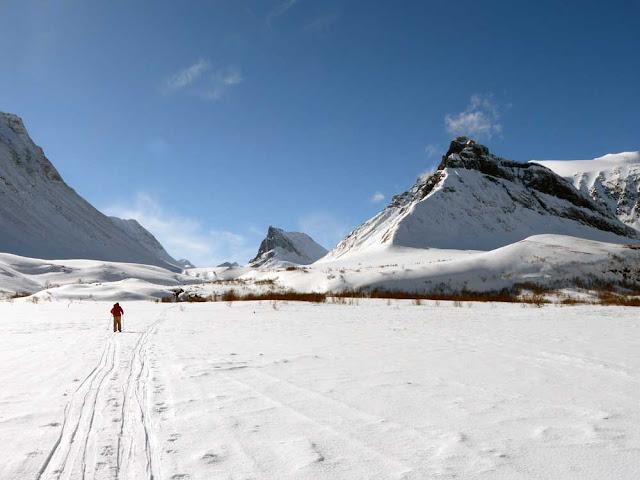 Esquiando en las montañas suecas