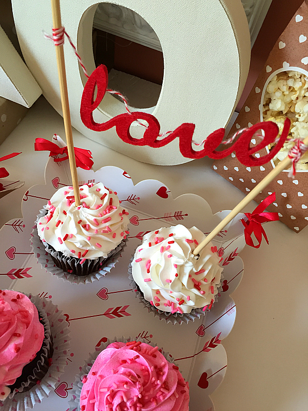 i mean reallyhow cute is the banner im in love - Cupcake Valentine Box