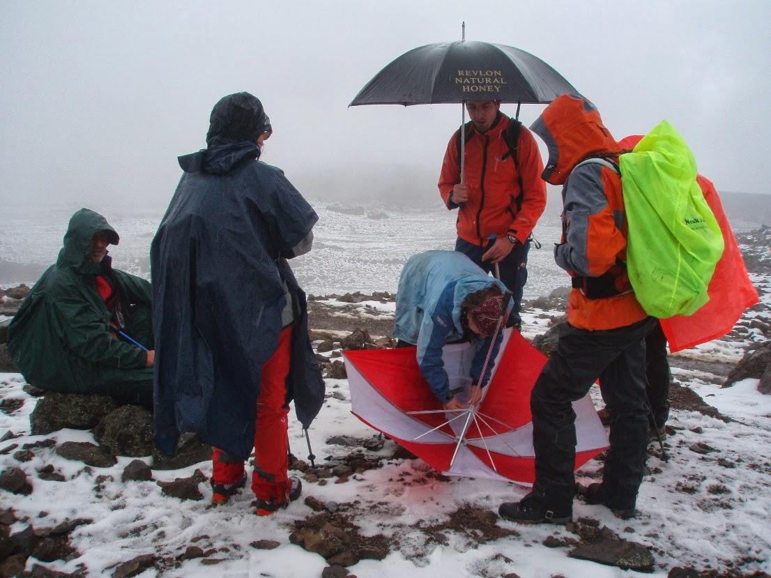 Reparando-los-paraguas-bajo-la-nieve