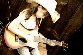 Wallpaper gambar anak perempuan bermain gitar