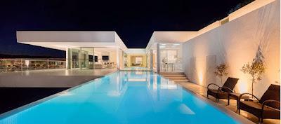 Hermosa piscina iluminada