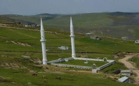 """قصة مسجد """"كأني أكلت"""" مسجد """"كأني أكلت"""" من أعظم المساجد الأثرية في تركيا وقصة هذا المسجد هى أنه كان يعيش في منطقة """" فاتح"""" شخص ورع اسمه """"خير الدين كججي أفندي""""، وكان صاحبنا هذا عندما يمشي في السوق ، وتتوق نفسه لشراء فاكهة ، أو لحم، أو حلوى، يقول في نفسه :""""صانكي يدم"""" ، """"كأنني أكلت """" ثم يضع ثمن تلك الفاكهة أو اللحم أو الحلوى في صندوق له... . ومضت الأشهر و السنوات ،وهو يكف نفسه عن كل لذائذ الأكل ،ويكتفي بما يقيم أوده فقط ،وكانت النقود تزداد في صندوقه شيئا فشيئا ،حتى استطاع بهذا المبالغ والذى تم توفيره القيام ببناء مسجد صغير في محلته، ولما كان أهل المحلة يعرفون قصة هذا الشخص الورع الفقير، وكيف استطاع أن يبني هذا المسجد أطلقوا على الجامع اسم (جامع صانكي يدم) أى """"كأنى أكلت"""". كم من المال سنجمع للفقراء والمحتاجين وكم من المشاريع الإسلامية سنشيد في مجتمعنا وفي العالم وكم من فقير سنسد جوعه وحاجته وكم من القصور سنشيد في منازلنا في الجنة - إن شاء الله - وكم من الحرام والشبهات سنتجنب لو أننا اتبعنا منهج ذلك الفقير الورع وقلنا كلما دعتنا أنفسنا لشهوة زائدة على حاجتنا:""""كأنني أكلت"""