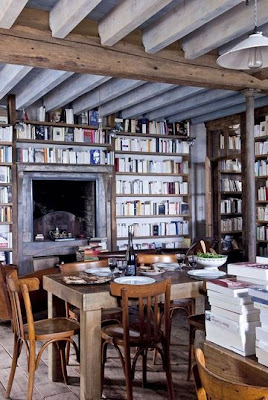 comedor con chimenea casa libros