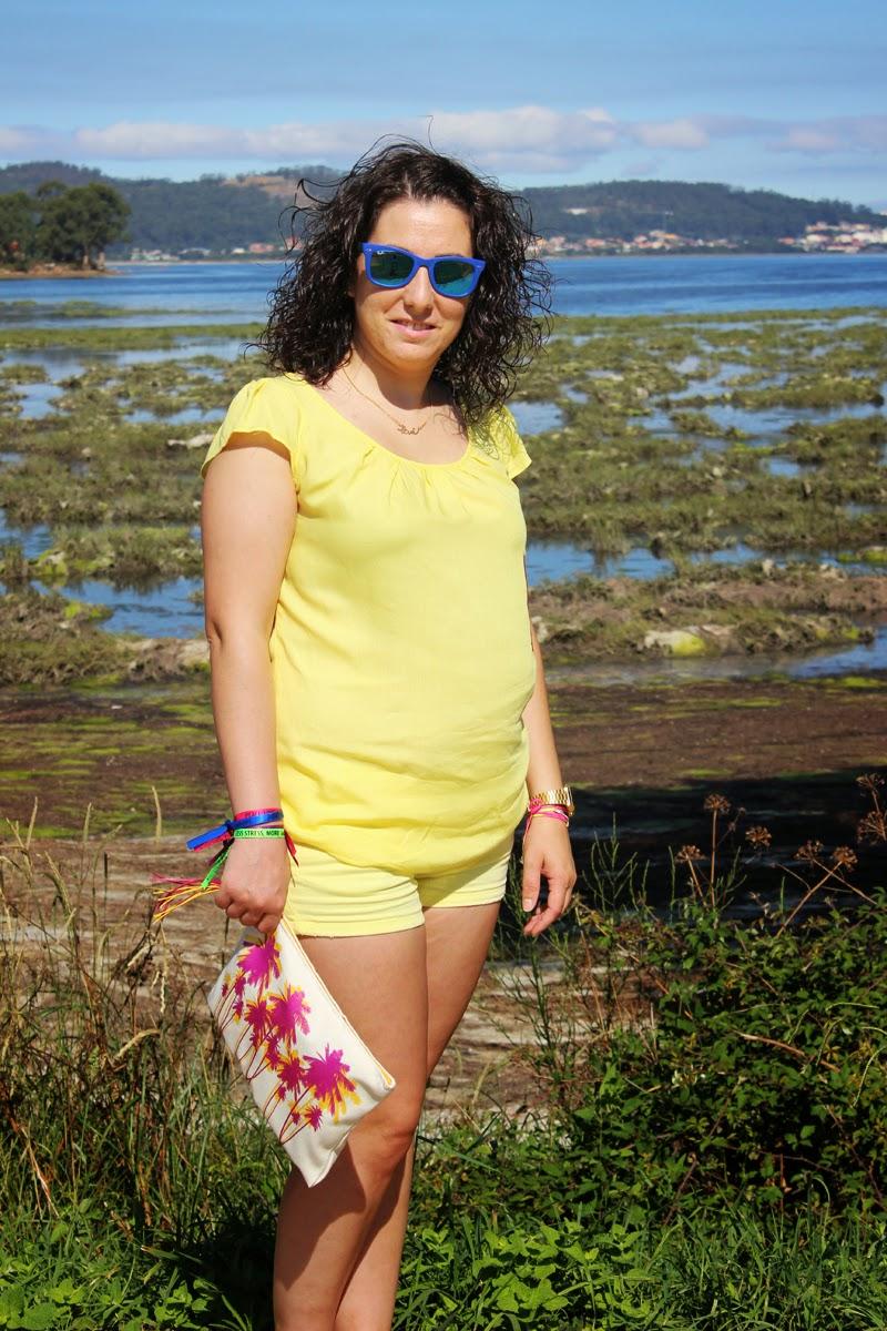 Shorts y blusa amarillos