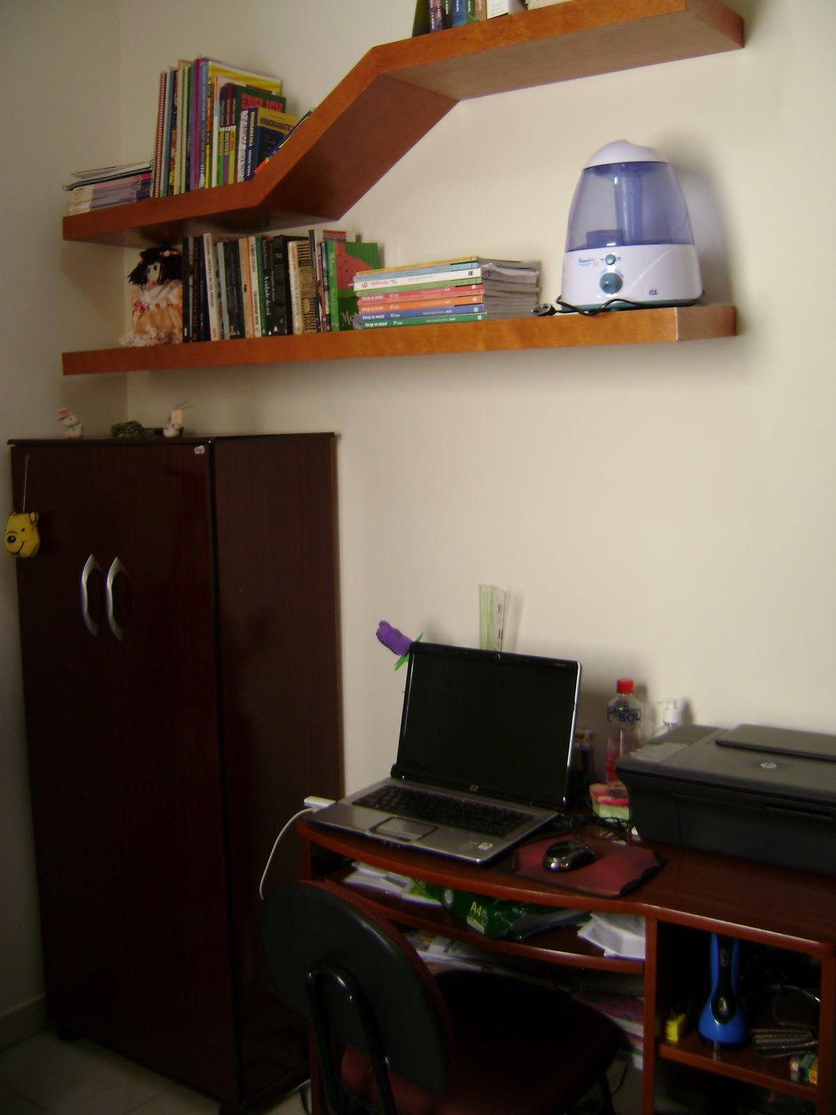 Detalhes da escrivaninha com o note a multifuncional a cadeira e  #A0632B 1200x1600