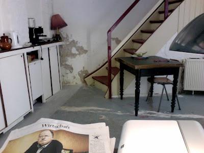 Remise: Teeküche und Treppe