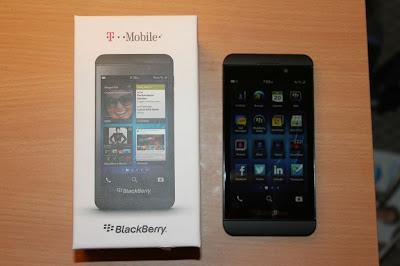 Sabemos que el lanzamiento de BlackBerry Z10 está a la vuelta de la esquina en los EE.UU. Con el evento de lanzamiento por parte de AT&T el cual será el 22 de Marzo. Tanto AT & T y las tiendas de T-Mobile empiezan ya a tener los dispositivos en las tiendas los primeros en tener esté dispositivo son los gerentes y empleados presuntamente para probarlos por sí mismos. Los amigos de PocketBerry lograron realizar algunas tomas al dispositivo de por parte de estás operadoras, Aquí te dejamos algunas de las imágenes: