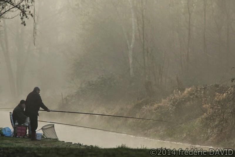 silhouettes pêcheurs brume matin étang canal Vert-le-Petit Essonne