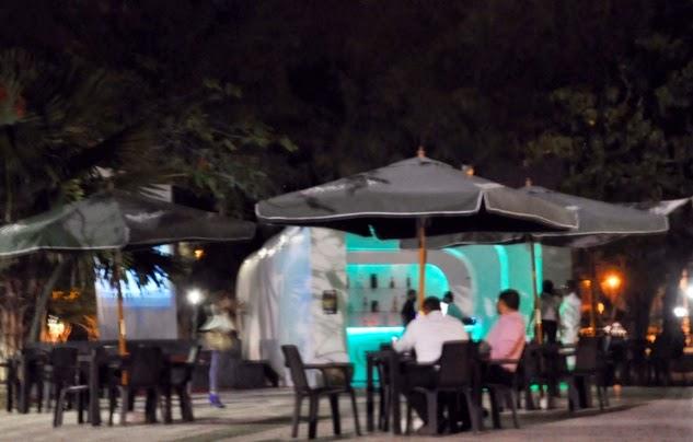 La dirección del Gran Teatro del Cibao autorizó la instalación, en su parte frontal, de un negocio de expendio de comidas y bebidas, en el que prevalecen una caseta, varios paraguas y sillas plásticas.
